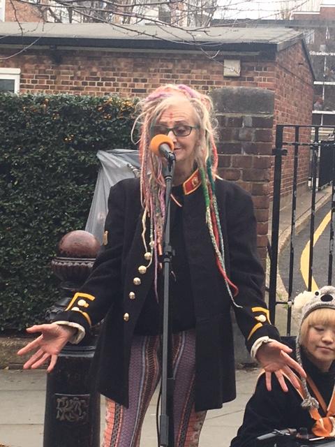Londres-chanteuse-cheveux-roses-Notting-hill-zenitude-profonde-le-mag