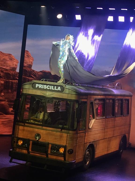 Priscilla Folle du désert la Première au Casino deParis