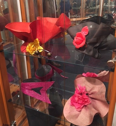 chapeaux rouges Pierre Cardin - soirée Assouline