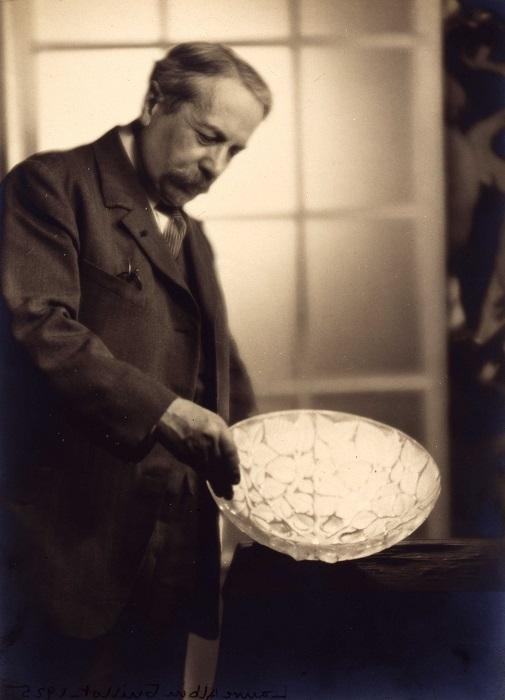 Ren+® Lalique tenant une coupe 1925 -® LALIQUE SA
